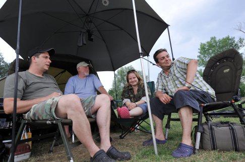 Sommerreportage: Anne Zegelman allein unter Anglern. Foto: Martin Weis