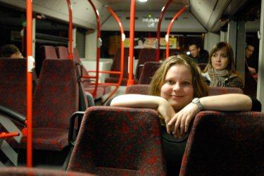 Unterwegs im Nachtbus - für eine Reportage über betrunkene Fahrgäste und Randale fuhr ich 2010 mit dem Nachtbus von Frankfurt nach Schwalbach. Weil mir nicht ganz wohl dabei war, kamen meine Freunde Olaf und Bianca einfach mit. Als wir um drei Uhr nachts auf die Haltestelle zufuhren, wartete dort schon mein Lieblingsfotograf Matthias Knapp - und startete eine Fotosession mit mir im Bus, die die anderen, sehr müden Fahrgäste wohl etwas erstaunte. :)