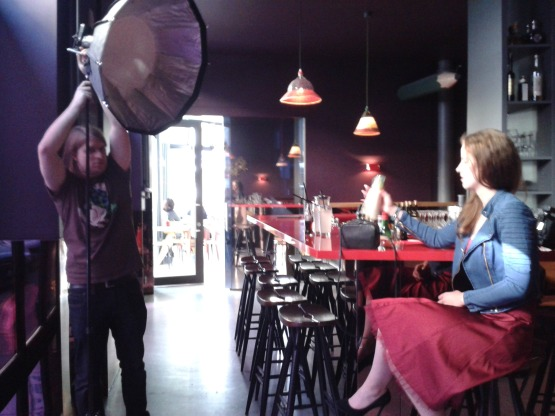 Unser Premium-Spot und Höhepunkt des ersten Shootingtages: Fotografieren in einer ziemlich angesagten Location im Bahnhofsviertel. Na, erkennt jemand von Euch, um welche Bar es sich hier handelt? Foto: Anne Zegelman