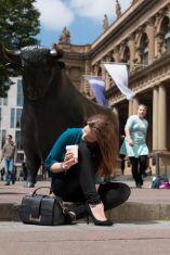 Model Deliah versucht, beim ersten Setting vor der Frankfurter Börse ernst zu bleiben. Nein, im Starbucks-Becher ist kein hochprozentiger Muntermacher...Foto: www.kehl-fotografie.de