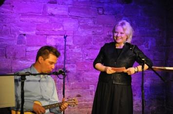 Liedermacher Michael Forst und Anne treten häufig gemeinsam auf, hier in Sachsenhausen im November 2014. Foto: Privat