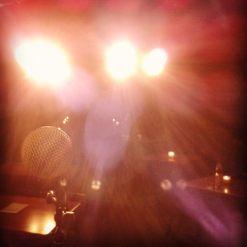 Auf der Bühne hat man so gut wie nichts gesehen, weil die Scheinwerfer so grell waren - das war auch gar nicht so schlecht. ;)