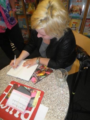 Beim Autogramme geben. Foto: Gerd Taron