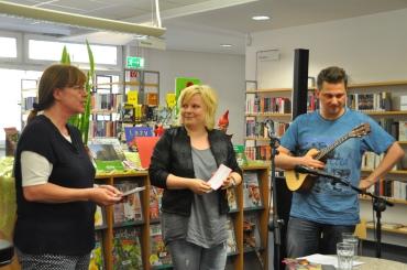 Petra Beyer-Tilders, die Leiterin der Stadtbücherei, begrüßt uns.