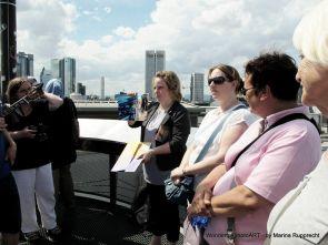 Oben angekommen betrachten wir ein Foto aus dem Buch, das dort oben aufgenommen wurde. Foto: Marina Rupprecht / Wonderful photoART