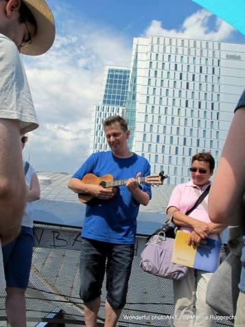 """""""Rückenwindmaschine"""" - ein toller Moment auf dem Dach der Zeil-Galerie. Foto: Marina Rupprecht / Wonderful photoART"""
