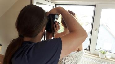 Cover-Produktion: Fotograf Robin Kehl und Model Deliah Eckhardt beim Shooting fürs glueckskind-Cover im Juli 2017.