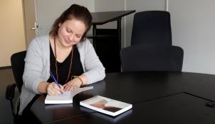 Der Tag danach: Die ersten Kollegen haben das Buch schon besorgt, Anne darf fleißig signieren.