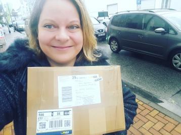 November 2017: Anne erhält den ersten Schwung Bücher als Paket.