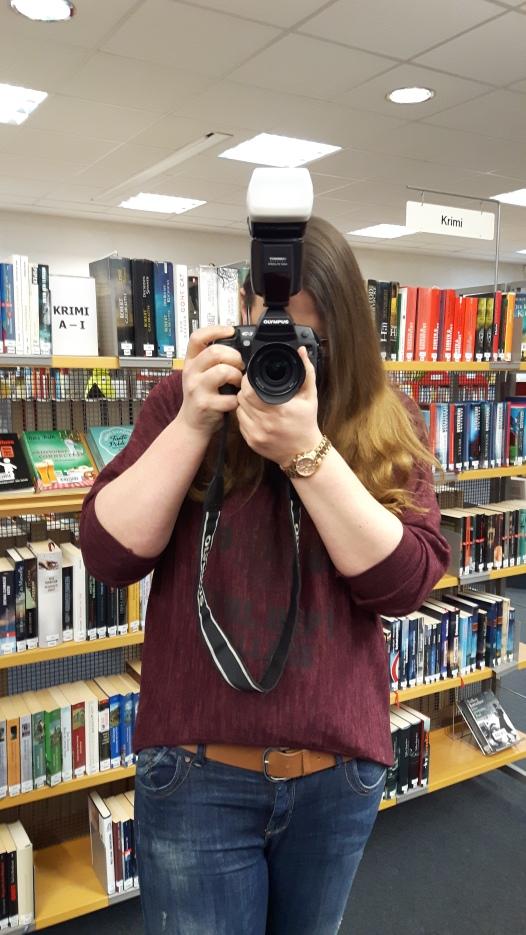 Annes Freundin Lina macht Fotos in der Stadtbücherei Schwalbach.
