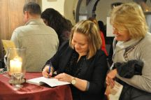 Anne signiert Heidis Buch