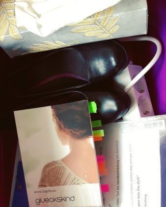 Nach dem Spiel ist vor dem Spiel: Eine Woche später lesen wir in der Stadtbücherei in Schwalbach - hier Annes Wäschekorb mit allen Requisiten.