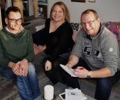 Redakteur Frank und Fotograf Matthias besuchen Anne daheim zum Interview fürs Höchster Kreisblatt.
