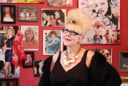 März 2018: Manuela Mock lädt uns ein, auf der Kleinkunstbühne ihres Ladens Transnormal aufzutreten.