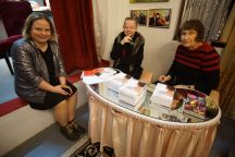 Anne und die Damen der Buchhandlung Wendeltreppe am Büchertisch im Transnormal.