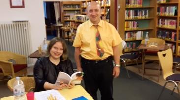 Anne und der Veranstalter Herr Schühler.