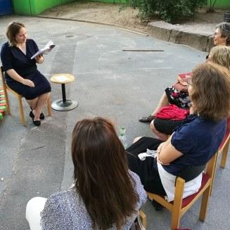 Juni 2018: Anne liest auf Einladung des Journalistinnenbundes Rhein-Main open air aus glueckskind.