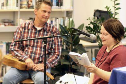 Anne und Micha während der Lesung.