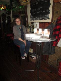 Frau Otto von der Buchhandlung Tolksdorf am Büchertisch.