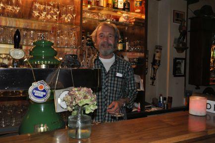 """Peter Wagner, Besitzer der """"Krone"""", hinter der Theke - ein gelungener Abschluss unserer Lesetour!"""
