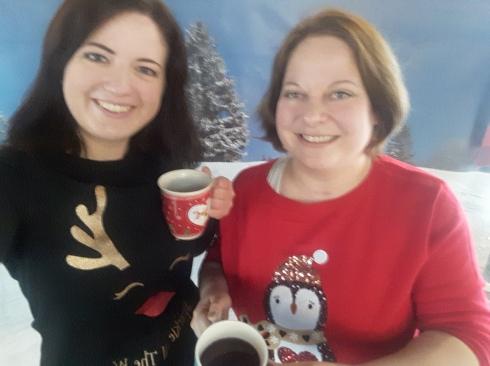 Meine allererste Woche beim wdv - hier mit meiner lieben Kollegin Laura bei der Weihnachtsfeier im Foyer.