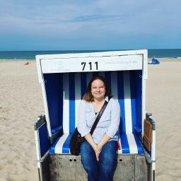 Hier sitze ich im Sommer 2019 auf Sylt in einem Strandkorb (ja, das war Arbeit! *g*)...